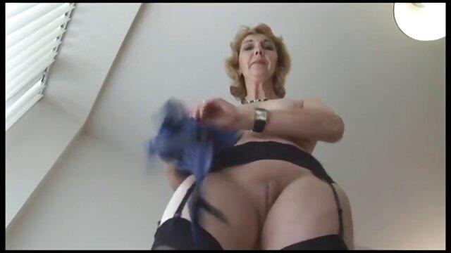 Un uomo con le sue cose ha fatto un grande buco porno gratis no abbonamento nel culo della povera ragazza