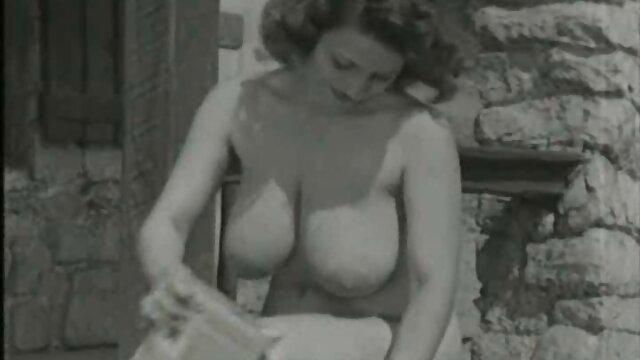 Aiutare la ragazza a raggiungere l'orgasmo il meglio del porno gratis attraverso il buco